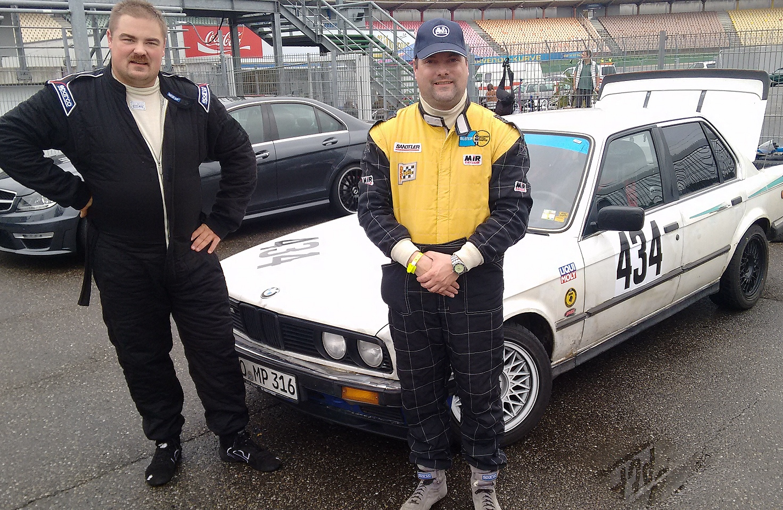 Andi Fleischmann (li.) und Martin Pietschmann vor ihrem BMW im Hockenheimer Fahrerlager