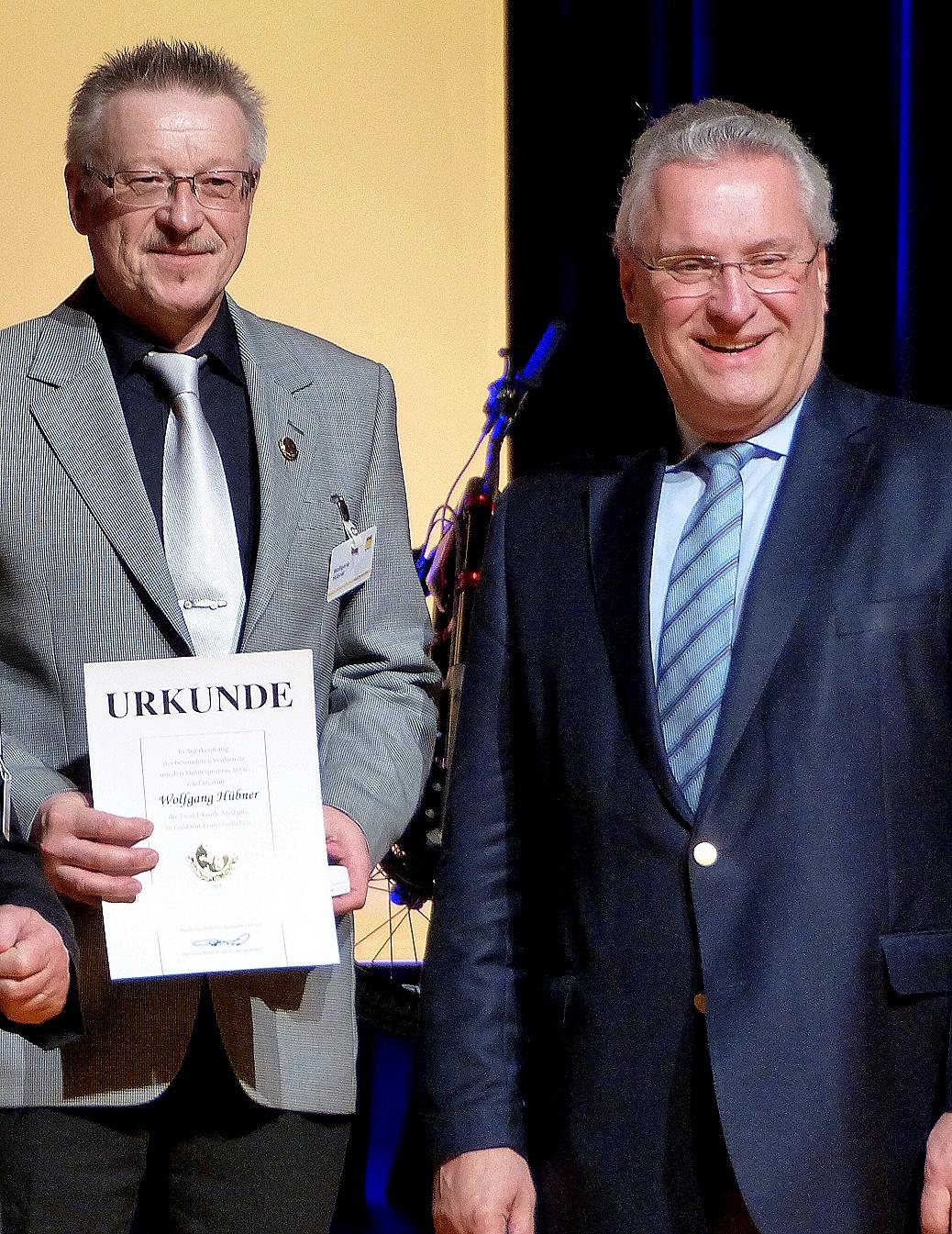 Die höchste Auszeichnung erhielt Wolfgang Hübner aus den Händen des Bayer. Innenministers Joachim Herrmann